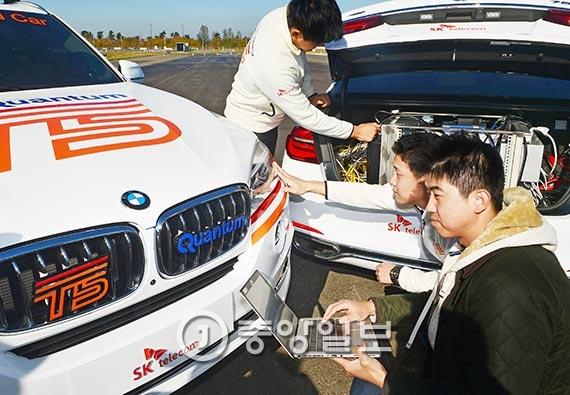 SK텔레콤과 BMW코리아 연구원들이 15일 인천 영종도 BMW 드라이빙센터에서 커넥티드 카 'T5'와 5G 통신망의 성능을 점검하고 있다. 이날 T5는 세계 최초로 5G 망을 이용한 시운전에 성공했다. [사진 장진영 기자]