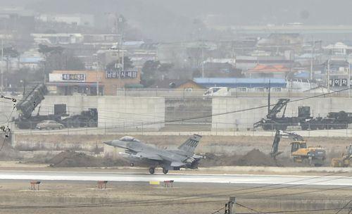지난 3월 한국군과 미군은 키리졸브, 독수리 연합 훈련을 실시했다. 미군 페트리어트 대공미사일이 배치된 오산 공군기지 활주로에 미공군 F-16 전투기가 착륙하고 있다. [사진 중앙포토]