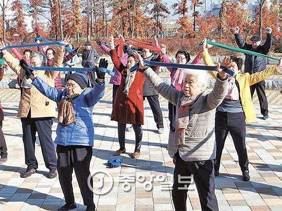 경기도 군포시 당정근린공원에서 열린 야외 체력관리교실에서 체조를 하고 있는 노인들. [사진 김원 기자]