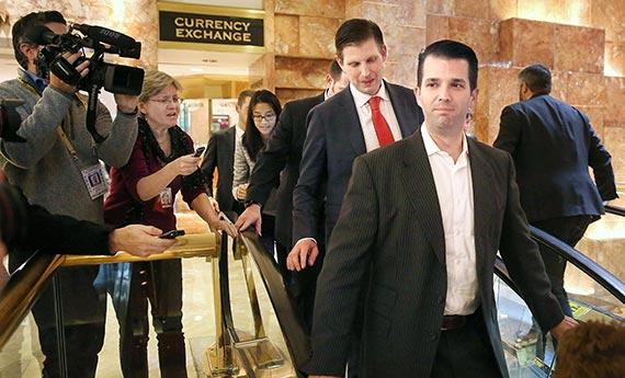 도널드 트럼프 미국 대통령 당선인 장남 트럼프 주니어(오른쪽)와 차남 에릭이 14일(현지시간) 뉴욕 트럼프타워 로비에서 에스컬레이터를 타고 있다. [로이터=뉴스1]