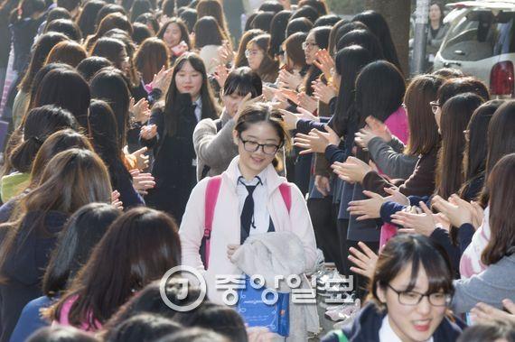 2016학년도 수능시험을 하루 앞둔 11월11일 광주광역시 설월여고 고3 수험생들이 후배들의 응원을 받으며 학교를 나서고 있다. 프리랜서 오종찬