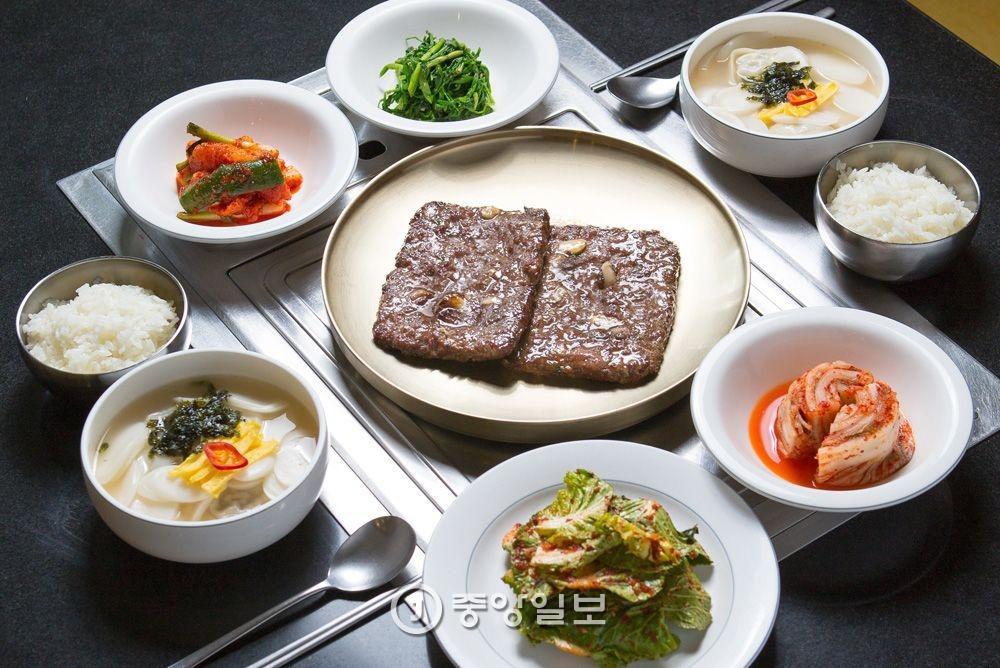 소떡갈비(250g)에 미니 떡만두국과 밥이 기본찬과 함께 나오는 '동신면가' 점심특선 소떡갈비정식(1만9000원).