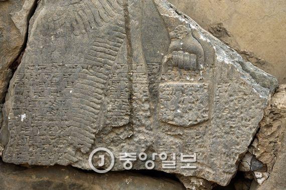 님루드 유적의 파손 규모는 아직 정확하게 파악되지 않았다. 어떤 유물이 어느 정도 파괴되고 어떤 유물이 서방세계로 유출되었는지 아직 아무도 모른다. 사진은 IS가 저지른 만행의 극히 일부분을 보여주고 있다. [AP=뉴시스]