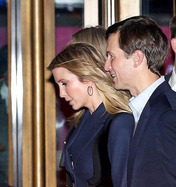 도널드 트럼프 미국 대통령 당선인의 장녀인 이방카(왼쪽)와 사위 재러드 쿠슈너가 15일 뉴욕의 고급 식당인 '21 클럽'에서 트럼프와 저녁 식사를 마친 뒤 팔레이 미디어센터를 지나치고 있다. [AP=뉴시스]
