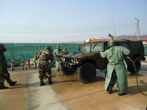 지난 17일 육군2작전사령부 장병들이 경북 칠곡군 캠프캐롤 일대에서 한미연합 전시증원훈련(RSOI)에 참가해 미 19지원사령부 장병들과 함께 화생방 제독 훈련을 하고 있다. [사진 국방홍보원]
