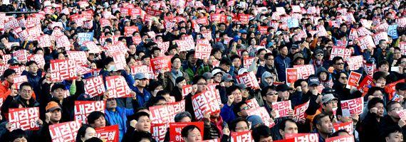 지난 12일 광화문 광장에서 열린 촛불 문화제에 참석한 시민들이 박근혜 대통령 퇴진을 요구하고 있다. [사진공동취재단]