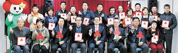 울산 남구 신정시장 상인들이 17일 오후 단체로 착한가게에 가입했다. [사진 사회복지공동모금회]