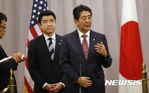 아베 신조 일본 총리가 17일(현지시간) 미국 뉴욕에서 도널드 트럼프 당선인과 비공식 회담을 마친 후 기자회견을 열고 있다. [뉴시스]