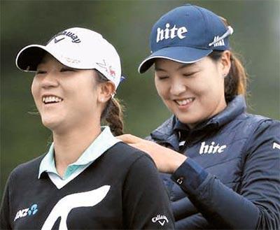 전인지(오른쪽)가 경기 도중 리디아 고의 뒷머리를 정성스럽게 땋아주고 있다. [사진 LPGA 페이스북]