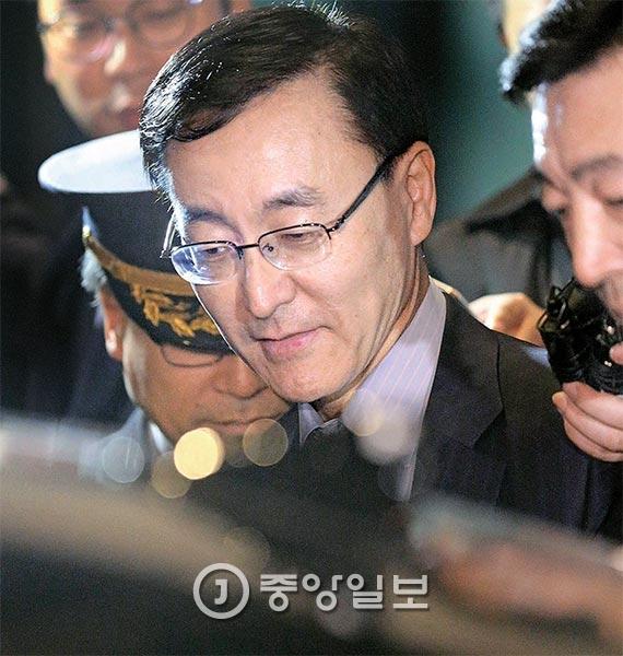 김수남 검찰총장이 17일 저녁 대검찰청 청사를 나서고 있다. 최순실씨 국정 농단 의혹 사건을 수사 중인 검찰은 이날 최씨 등 구속된 3명이 기소되기 전에 박근혜 대통령의 대면조사가 이뤄져야 하며, 그 마지막 시점은 18일이라고 거듭 밝혔다. [사진 신인섭 기자]