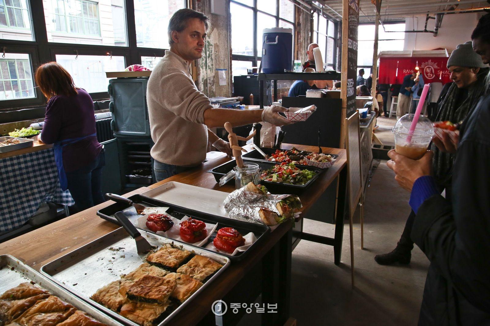 다양한 먹거리를 파는 브루클린 벼룩시장.