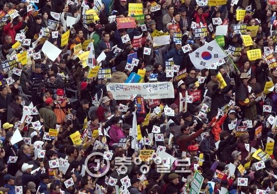 `박사모(박근혜를 사랑하는 모임` 등 보수단체가 19일 서울역 광장에서 박 대통령 하야에 반대하는 맞불집회를 열었다. 김성룡 기자