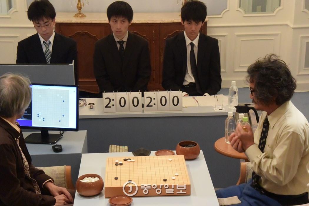 19일 도쿄 뉴오타니 호텔에서 열린 조치훈 9단(오른쪽)과 딥젠고 1차 대국. 왼쪽은 딥젠고 개발자 가토 히데키. [도쿄=이정헌 특파원]