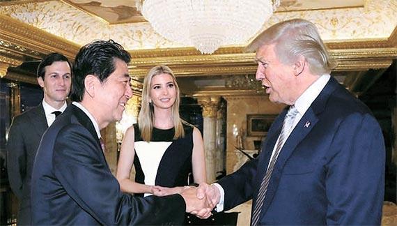 도널드 트럼프 미국 대통령 당선인(오른쪽)과 아베 신조 일본 총리가 17일(현지시간) 뉴욕 트럼프타워에서 만나 인사하고 있다. 트럼프 당선인은 대선 승리 뒤 처음 만난 국가 정상인 아베 총리를 자신의 펜트하우스에서 환대했다. 이 자리엔 인수위 내 핵심 실세로 꼽히는 맏딸 이방카(가운데)와 사위 재러드 쿠슈너(맨 왼쪽)도 배석했다. [로이터=뉴스1]