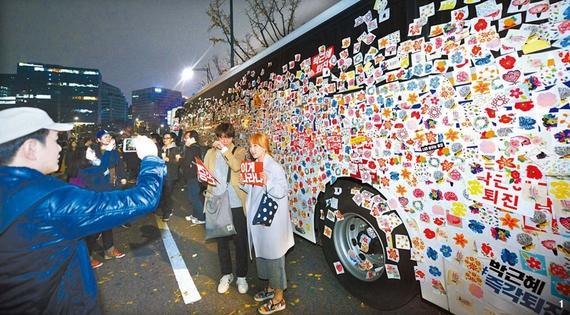 1 시민들은 경찰버스로 세워진 차벽에 꽃그림 스티커를 붙이며 평화집회를 강조했다.