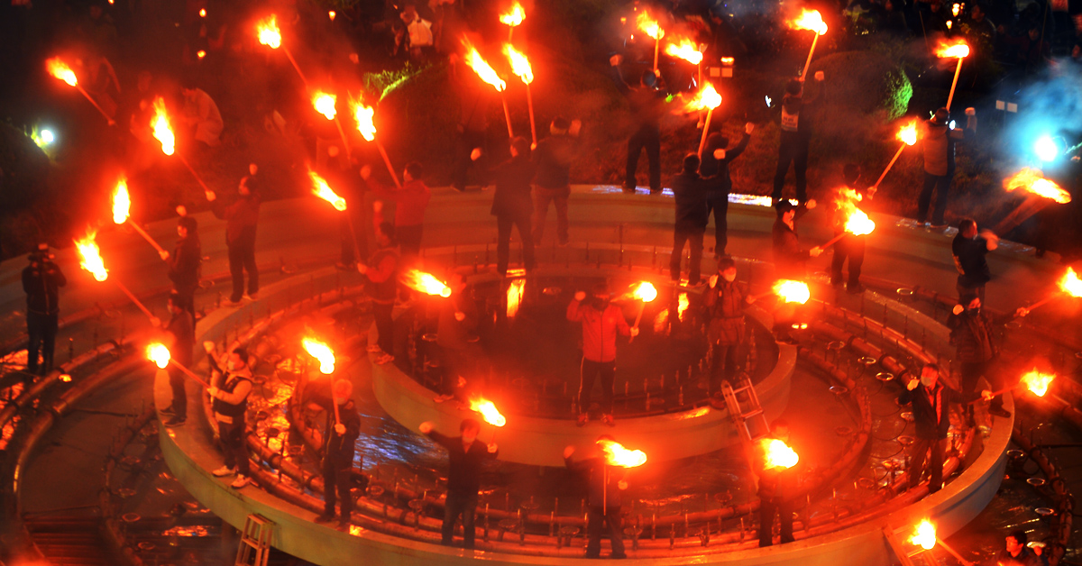 촛불 대신 횃불을 들고 집회를 연 광주시민들. [뉴시스]