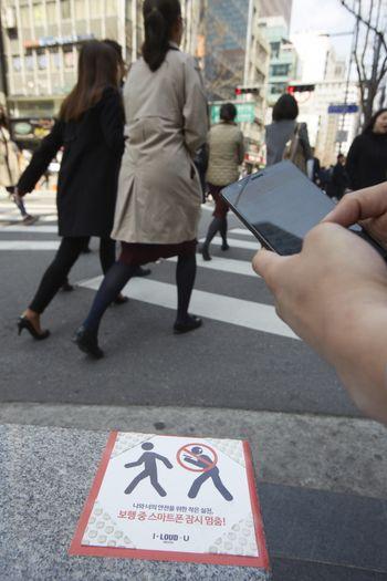 횡단보도에서 보행자가 스마트폰을 보며 길을 건너고 있다. [사진제공=제임스 요한슨 객원 사진작가]