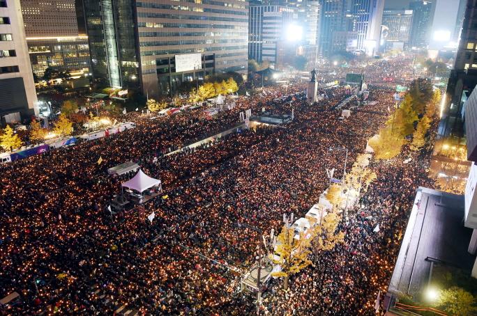 지난 12일 서울 세종로, 태평로 일대에 수십만 명의 시민들이 `박근혜 대통령 퇴진`을 요구하는 3차 민중 총궐기 촛불집회에 참석했다.  [사진공동취재단]