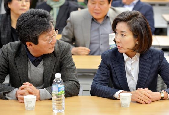 새누리당 유승민(왼쪽), 나경원 의원이 20일 오후 서울 여의도 국회 의원회관에서 열린 제2차 비상시국회의에 참석해 대화하고 있다. [뉴시스]