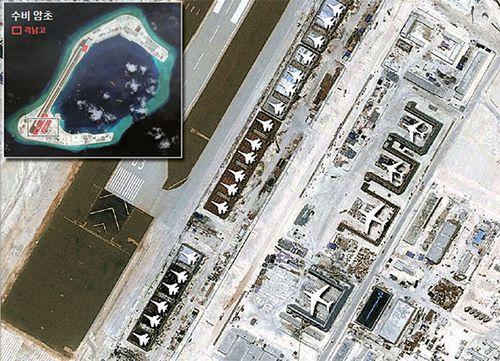 미국 전략국제문제연구소(CSIS)가 지난 8월(현지시간) 공개한 남중국해 난사군도 수비 암초의 위성사진. 사진 속 항공기 이미지는 CSIS가 각 격납고에 수용될 군용기의 크기를 추정해 원본 사진에 추가한 것이다. [사진 CSIS]