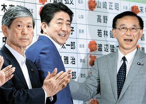 아베 신조 일본 총리(가운데)가 참의원 선거가 치러진 지난 7월 10일 밤 자민당 본부에서  소속 후보 명단에 당선표를 붙이고 있다. 자민·공명 연립정권은 2개 야당의 지원을 받아 개헌에 필요한 3분의 2 의석을 확보했다. [AP=뉴시스]