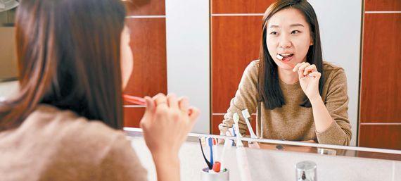 칫솔모를 잇몸 경계면에 대고 손목을 돌려 치아를 닦으면 효과적으로 치태를 없앨 수 있다. 이미 몸에 밴 칫솔질을 고칠 수 없으면 음파 칫솔을 쓰는 게 도움이 된다. 프리랜서 박건상