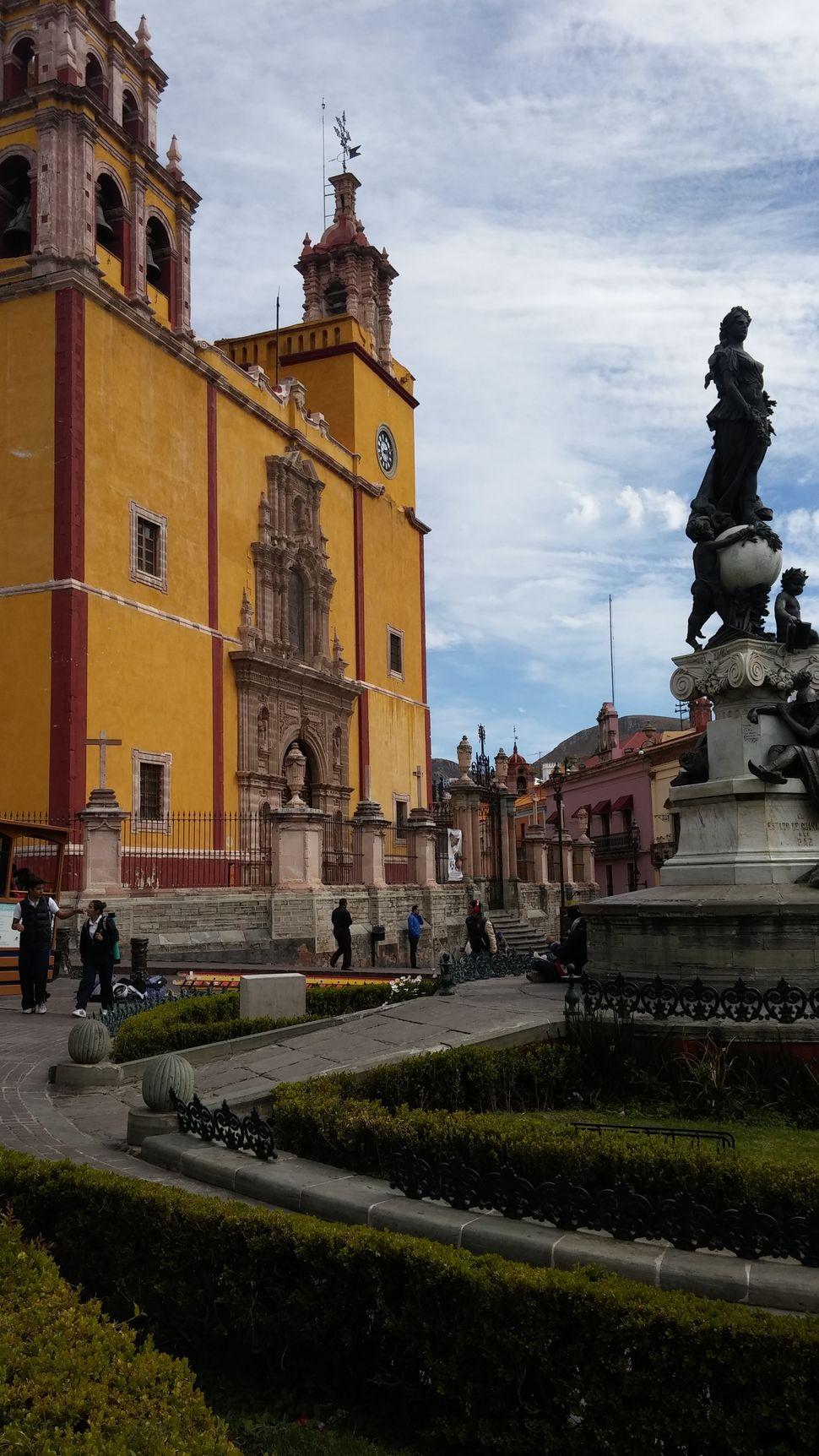 라파즈 광장과 바실리카 누에스트라 세뇨라.