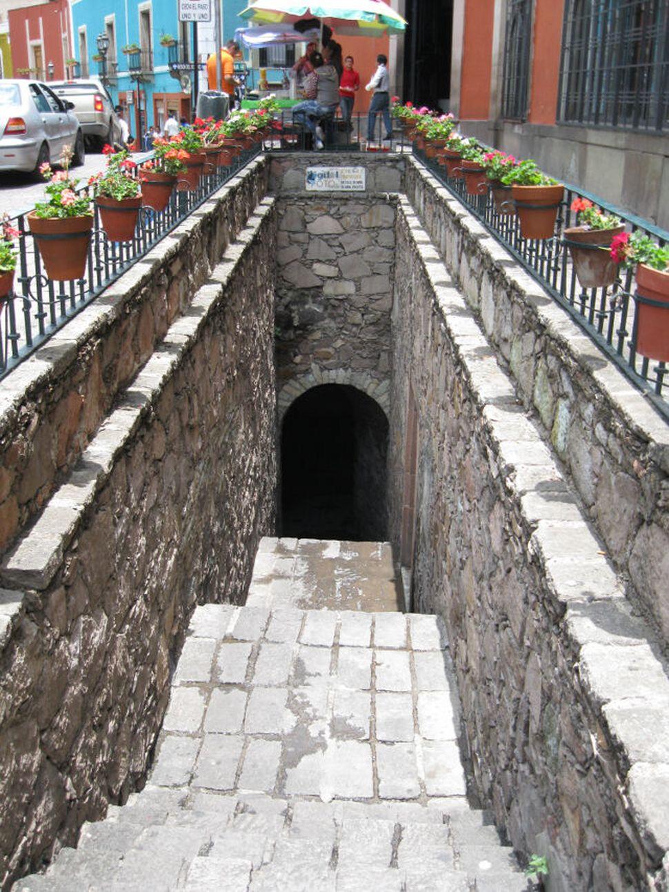 지하 터널과 연결된 계단.