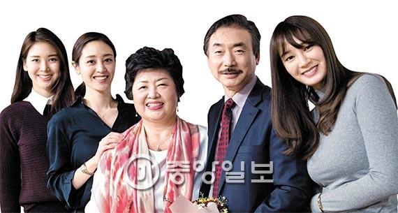 정한영(왼쪽 넷째)·강혜경씨 부부와 세 딸들. 왼쪽부터 유리(2012 미스서울 미), 한아름, 소라(2010미스코리아 진)씨. [사진 우상조 기자]