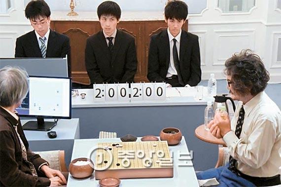 딥젠고와 대국하는 조치훈 9단(오른쪽). 왼쪽은 딥젠고 개발자 가토 히데키. [도쿄=이정헌 특파원]