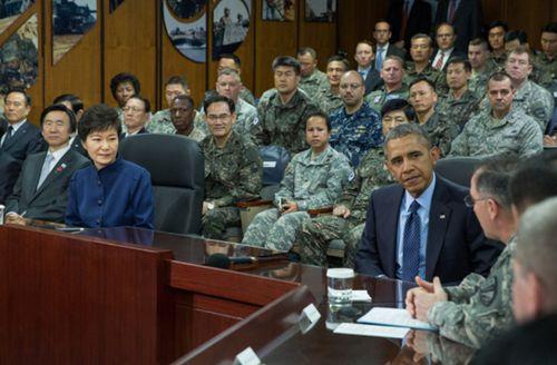 한국 박근혜 대통령과 미국 오바마 대통령이 서울에 위치한 CFC에 방문했다.