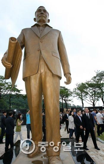 경북 구미에 있는 박정희 전 대통령 훼손되기 전 동상. 프리랜서 공정식