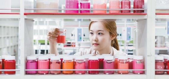 한국콜마의 성장 원동력은 품질주의를 바탕으로 한 R&D 중점 경영에 있다. 직원의 30% 이상을 연구원으로 구성하고 연매출의 5% 이상을 신소재?신기술 연구개발에 사용하는 등 R&D에 지속적으로 투자해 세계적 수준의 품질력과 기술력을 축적했다. [사진 한국콜마]