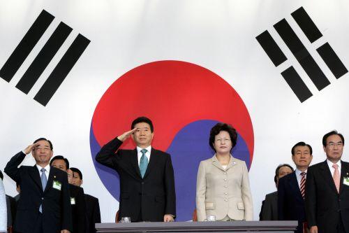 2006년 10월 1일 오전 계룡대 대연병장에서 열린 건군 제58주년 국군의날 행사에 참석한 노무현 대통령이 대통령께 대한 경례를 받고 있다. [사진 청와대사진기자단]