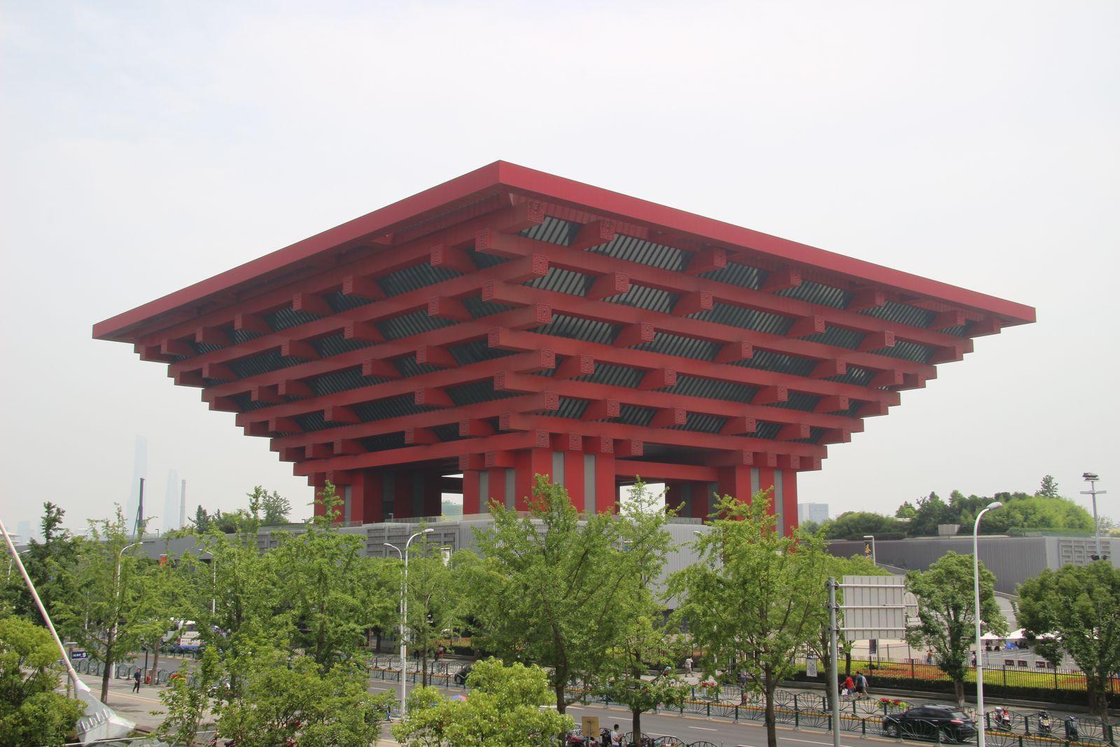 상하이를 대표하는 현대 미술관 중화예술궁. 왕관처럼 보여 `동방의 관`이라는 별칭이 있다.
