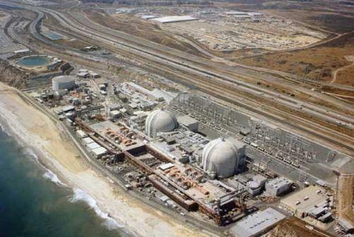 1985년 미 해군이 살포한 채프는 샌 오노프레(San Onofre) 원자력발전소 또는 여기에서 도시로 전기를 공급하는 시설에 떨어진 것으로 추정된다. 발전소는 샌디에고에서 남쪽으로 10마일 떨어진 해안에 위치하고 있으며 1968부터 순차적으로 3개의 원자로를 가동했다.사진은 1987년 모습으로 당시 미국에서 두 번째로 많은 전력을 공급했던 발전소였고 2013년 이후 가동을 중단하고 해체를 시작했다. [사진 SDG&E]