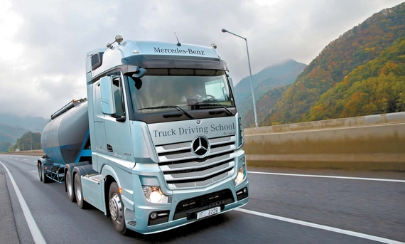 대형 트럭에서 가장 중요한 부분은 우수한 연비다. 1개월에 많게는 2천리터 이상을 소모하는 트럭 특성상 연비 차이는 곧 수익과 연결되기 때문이다. 다임러 트럭 코리아는 트럭 운전자들에게 연비 향상을 위한 운전법을 알려주고 자사 트럭 연비의 우수성을 알리는 자리를 마련했다. [사진 다임러 트럭 코리아]