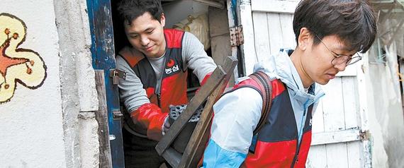 농심은 2007년 사회공헌단을 발족해 주요 사업장별로 조직을 갖추고 지역사회 특성에 맞는 사회봉사활동을 펼치고 있다. 사진은 사랑의 연탄배달 봉사활동 장면. [사진 농심]