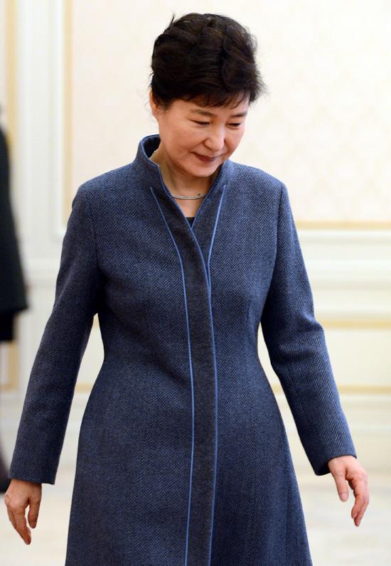 18일 청와대 인왕실에서 열린 신임대사 임명장 수여식에서 박근혜 대통령이 입장하고있다. [청와대사진기자단]