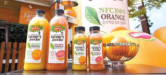 '델몬트 파머스 주스바'는 오렌지·자몽 두 가지 맛으로 구성됐으며, 라벨에는 착즙한 과일의 개수를 넣어 풍부한 영양을 강조했다. [사진 롯데칠성음료]