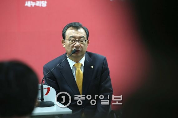 이정현 새누리당 대표는 23일 서울 여의도 당사에서 김무성 전 대표 불출마에 대한 질문에 안 불출마 선언에 대해  평생 가져왔었던 꿈을 포기하는 선언한것에 대해서 오랜 인연 맺어온 제 입장에서는 억장이 무너집니다 고 말했다.오종택 기자