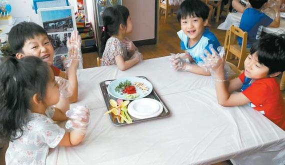 지난 7월부터 시범 운영되고 있는 찾아가는 식생활 교육의 일환으로 유치원 아이들이 채소를 활용한 놀이 활동을 즐기고 있다. [사진 농림축산식품부]