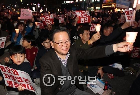 더불어민주당 김부겸 의원이 지난 19일 대구에서 열린 박근혜 대통령 퇴진 요구 시국대회에 참석해 시민들과 함께 촛불을 들고 있다. 프리랜서 공정식