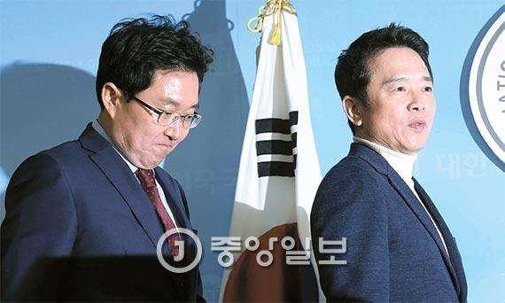 남경필 경기지사(오른쪽)와 3선의 김용태 의원이 22일 오전 국회 정론관에서 기자회견을 열고 비주류 가운데 처음으로 새누리당 탈당을 선언했다. [사진 강정현 기자]
