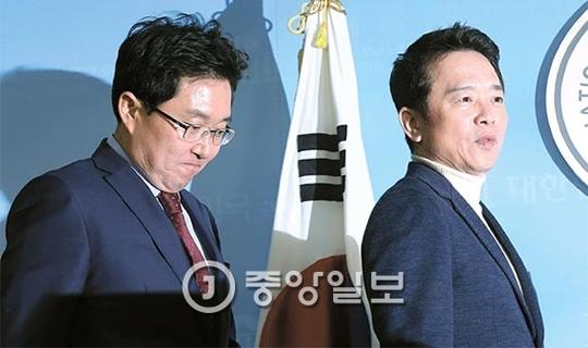남경필 경기지사(오른쪽)와 3선의 김용태 의원이 22일 오전 국회 정론관에서 기자회견을 열고 비주류 가운데 처음으로 새누리당 탈당을 선언했다. 강정현 기자