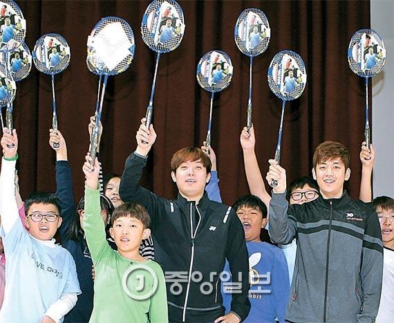 이용대(오른쪽)와 국가대표 김사랑이 어린이들과 배드민턴 라켓을 들어보이고 있다. [파주=김춘식 기자]