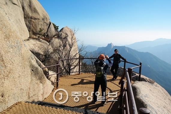 새롭게 완공된 설악산 울산바위 해돋이 전망대. [사진 설악산국립공원사무소]