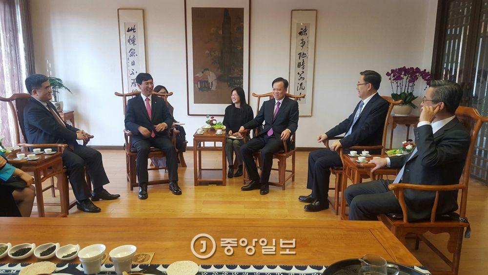안희정 충남도지사(왼쪽 둘째)가 천민얼 구이저우성 당서기와 22일 구이저우 공자학당에서 대화를 나누고 있다. [사진 충남도청]