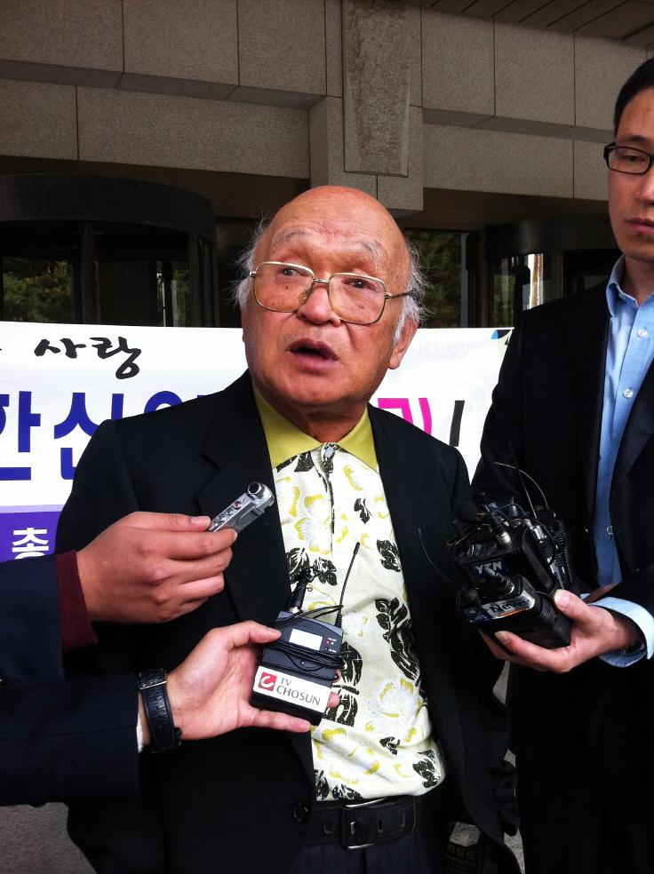 2013년 7월 18일 정 목사가 국가를 상대로 낸 손해배상 소송에게 이긴 뒤 인터뷰를 하고 있다. 그러나 열흘 늦게 소송을 제기했다는 이유로 정 목사는 한 푼도 못받게 됐다.