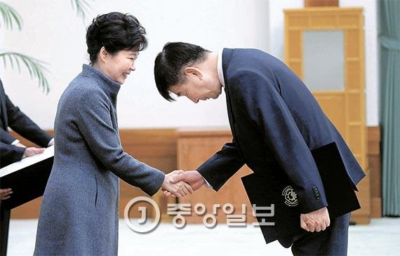 최재경 민정수석이 지난 18일 청와대에서 박근혜 대통령으로부터 임명장을 받고 있다. 최 민정수석은 임명 사흘 뒤인 21일 김현웅 법무부 장관과 함께 사직 의사를 밝혔다. [사진 김성룡 기자]